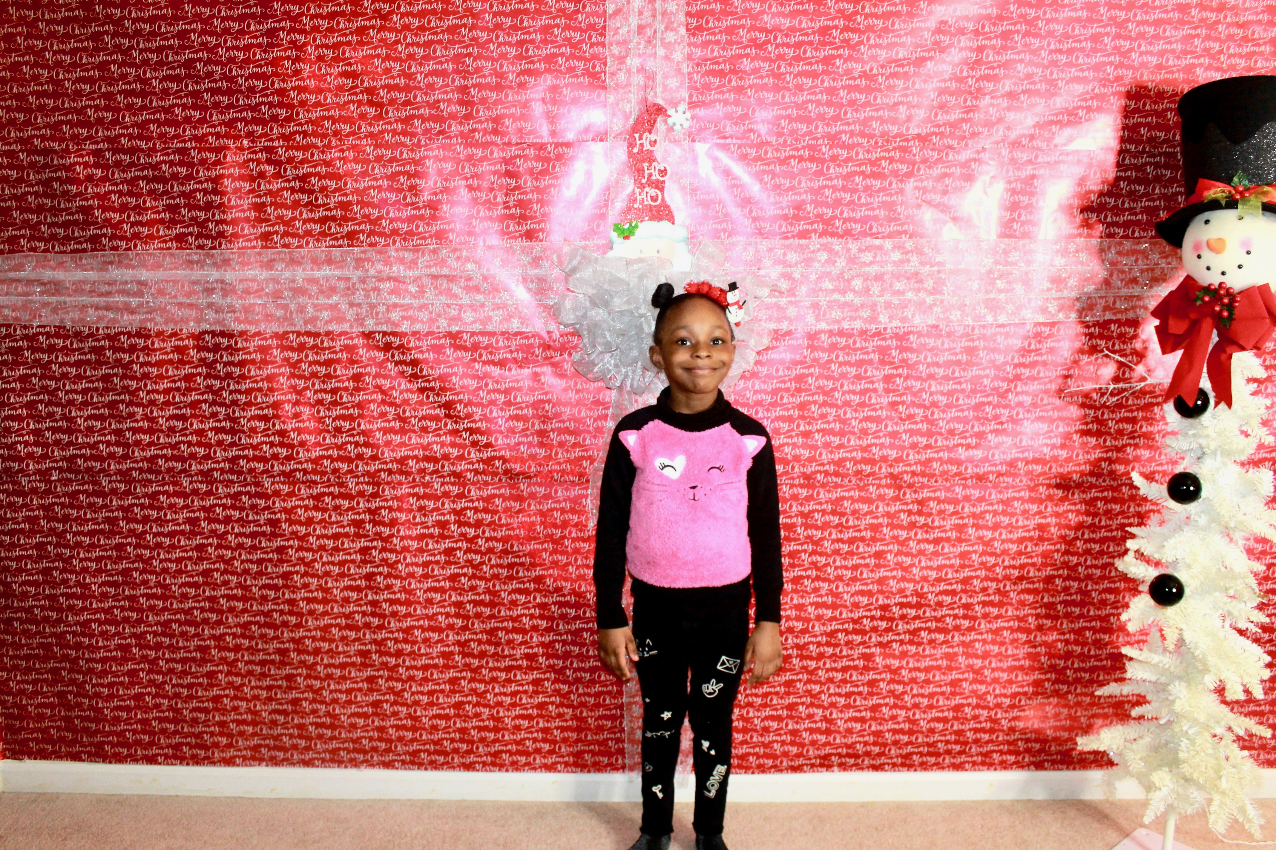 How to Create an Inexpensive Christmas Backdrop for photos